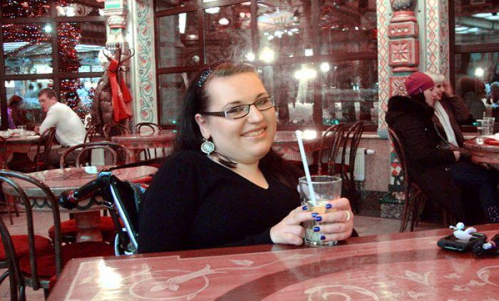 Девушка-инвалид из Смоленска заряжает окружающих оптимизмом