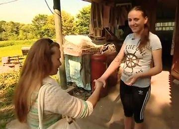 *Инна Яринчина (справа) с корреспондентом телеканала «Интер» вскоре после того, как девушке сделали протез