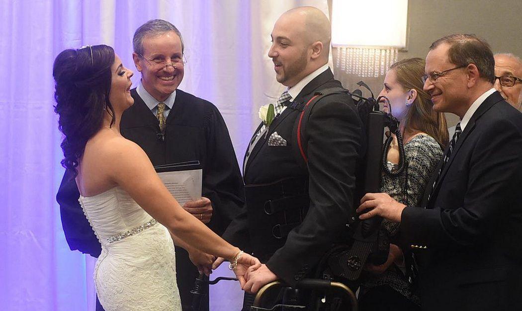 Экзоскелет помог парализованному американцу прийти на свадьбу с любимой на собственных ногах