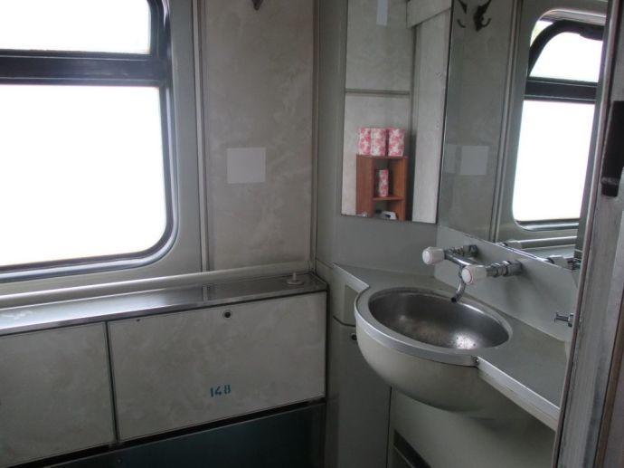 Раковина удобная, если смеситель обычный, а не «поездной»