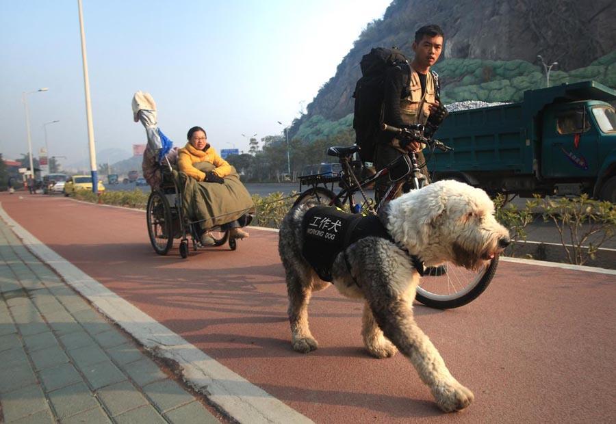 Китаец путешествует по стране со своей девушкой-инвалидом