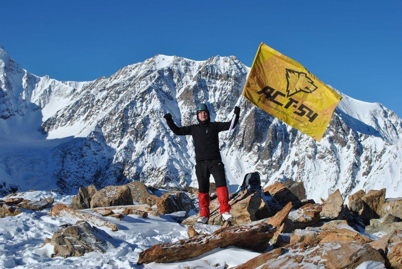 Новосибирский спортсмен с протезом ноги покорил алтайскую гору и стал Альпинистом России