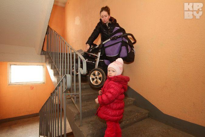 Минчанка – мэру: «Лифт в доме не работает, поэтому ношу мужа-инвалида с пятого этажа на руках»