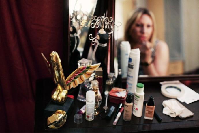 ↑ Шарлотта Роуз готовится к рабочему дню. На ее туалетном столике стоит и награда British Erotic Award как лучшей секс-работнице года.