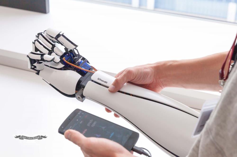Японцы напечатали недорогую искусственную руку, которая подключается к смартфону