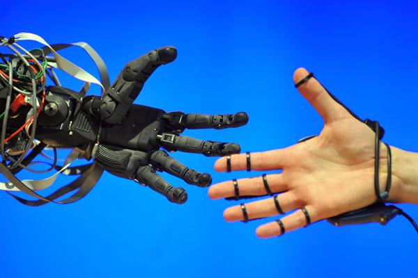 «Роботы не менее опасны, чем атомная бомба»