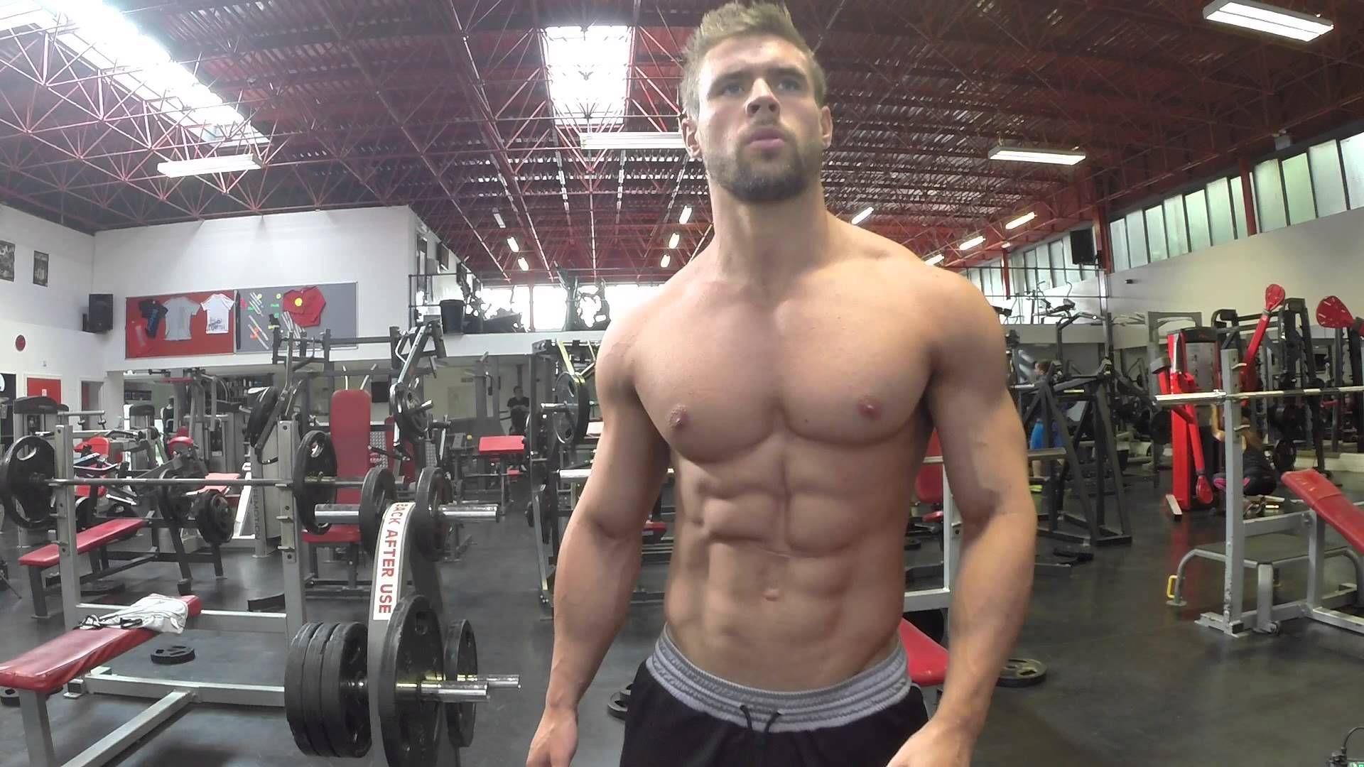 Неизлечимо больной парень накачал идеальное тело, чтобы стать моделью Сalvin Klein