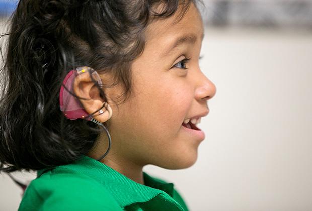Трехлетней глухонемой американке Анжелике Лопес был введен имплантат в слуховую область коры мозга. Это позволило ей слышать звуки. Методика возвращения слуха разработана в Университете Южной Калифорнии. Фото: Damian Dovarganes / AP