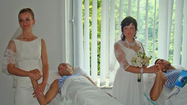 В киевском госпитале двое раненых десантников сочетались браком с любимыми девушками