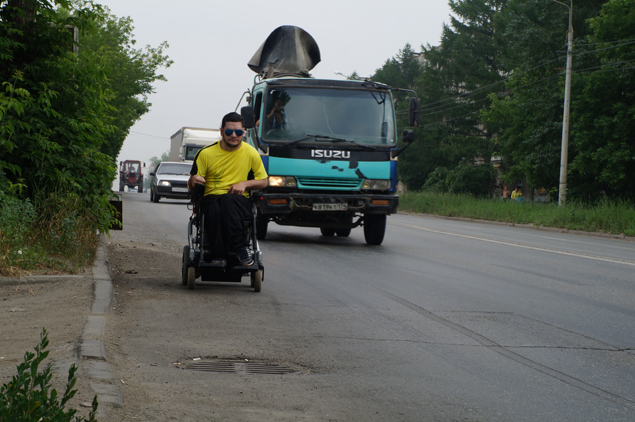 Инвалид из Челябинска превратил свою коляску в неоновую диско-машину