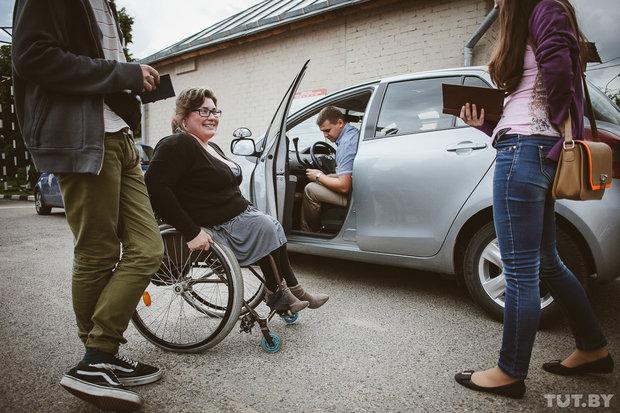 """""""Пересел из коляски в машину – и ты уже водитель"""". Как инвалиды сдают на права. Репортаж из ГАИ"""