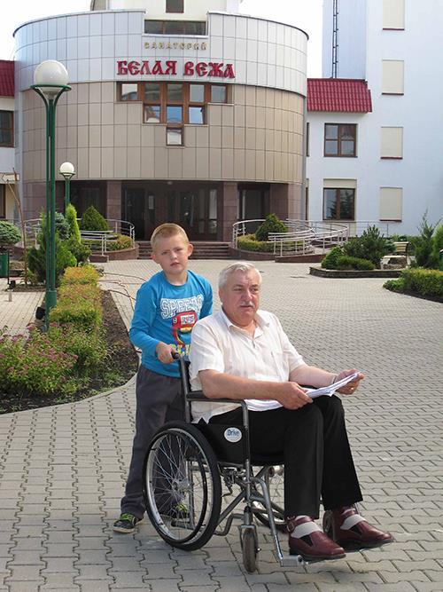 Председатель Гродненской ОО ОО «БелОИ» Василий Лукашевич тестирует санаторий «Белая Вежа» на доступность.