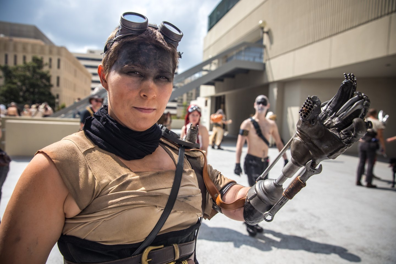 Американка получила бионическую руку Фуриоcы из «Безумного Макса»