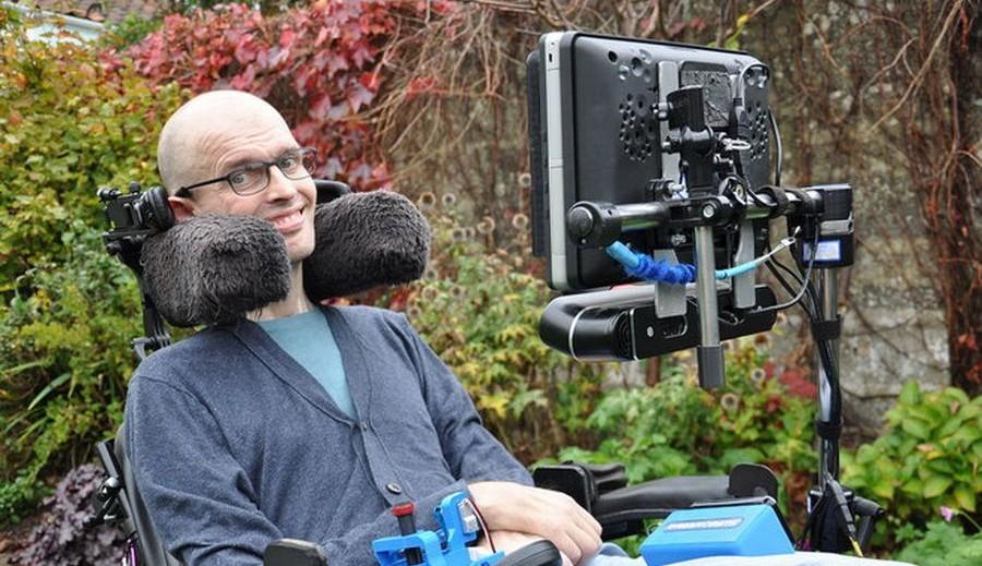Англичанин создал гаджет, позволяющий управлять креслом – коляской взглядом