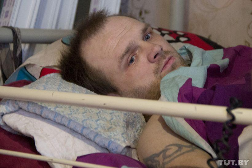 """""""Помогать тем, кто в таком положении"""". Прикованный к постели мужчина строит дом и центр для инвалидов"""