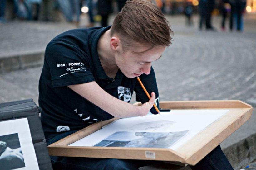Мариуш Кедзерски: Парень, родившийся без рук, рисует невероятно реалистичные картины