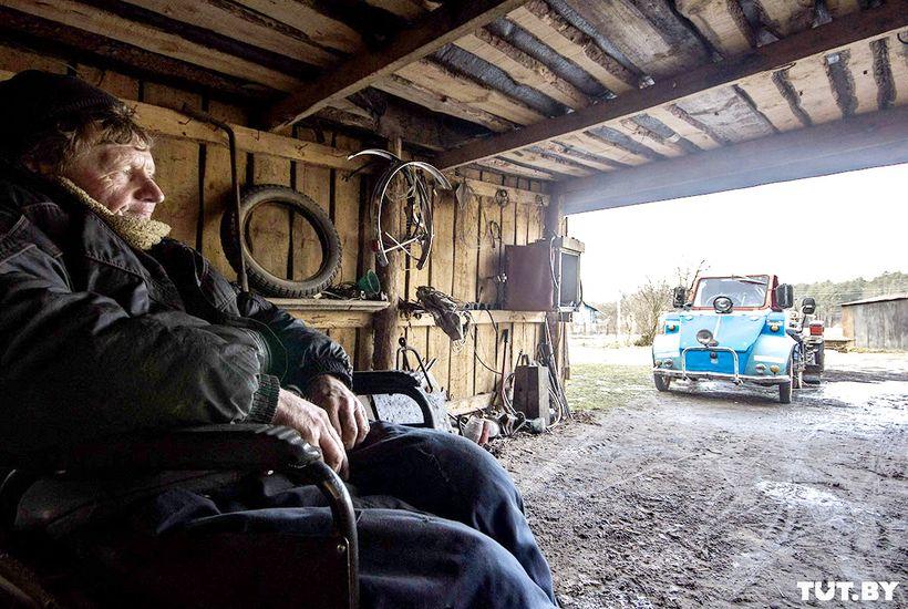 """Железный человек. Инвалид-колясочник из металлолома сделал себе лифт, трактор и три """"мини-авто"""""""