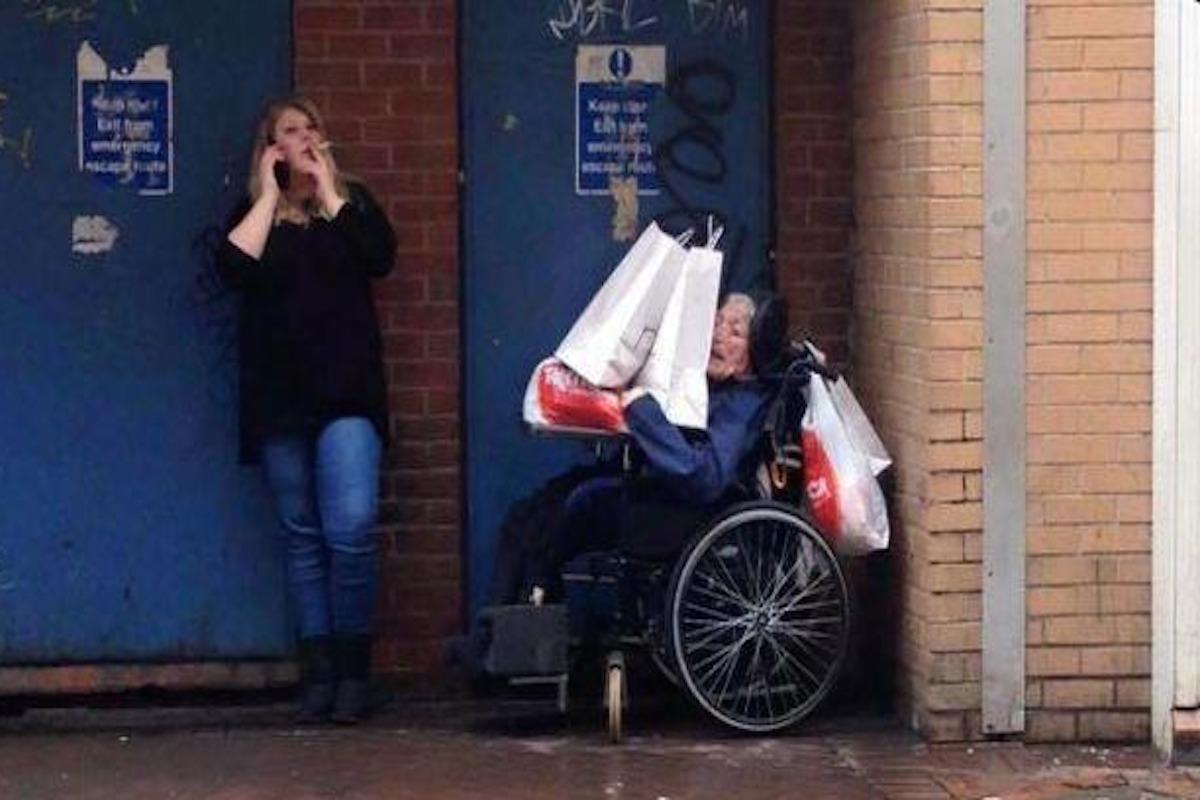 Соцработница придавила инвалида-колясочника пакетами с покупками