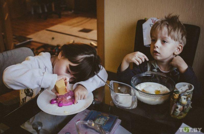 Яна и Ваня готовят ужин. Яна любит готовить и с удовольствием выполняет всякую мелкую работу по дому, которую еще может выполнять. Сама готовка и работа по дому — не главная мотивация для Яны, а вот помощь маме — главная.