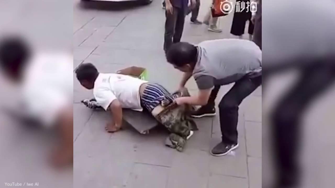 """В Китае разоблачили """"безногого"""" попрошайку"""
