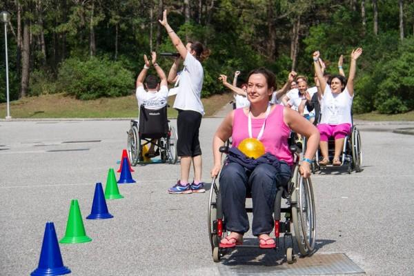 Ольга Германенко участвует в играх на колясках для родителей. Фото Ariel Palmer