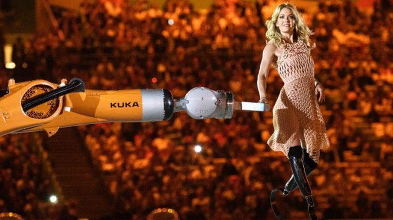 Паралимпийская спортсменка станцевала с роботом в 3D-печатном платье