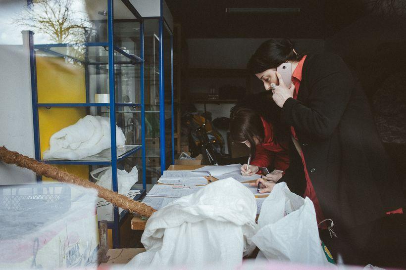 Анна Герина в процессе координации разбора гуманитарной помощи для родителей подопечных детей «Генома» вещей: энтеральное питание, абонементы в бассейн, подгузники, реабилитационные игрушки, специальная одежда и многое другое. С момента создания общественного объединения «Геном» более 340 человек из семей «геномовцев» уже получили прямую помощь в разном формате. В основном и материальные, и физические заботы ложатся на женщин — мужчины не выдерживают психологической нагрузки и уходят из семьи в более, чем половине случаев. Фото: Александр Васюкович, Имена