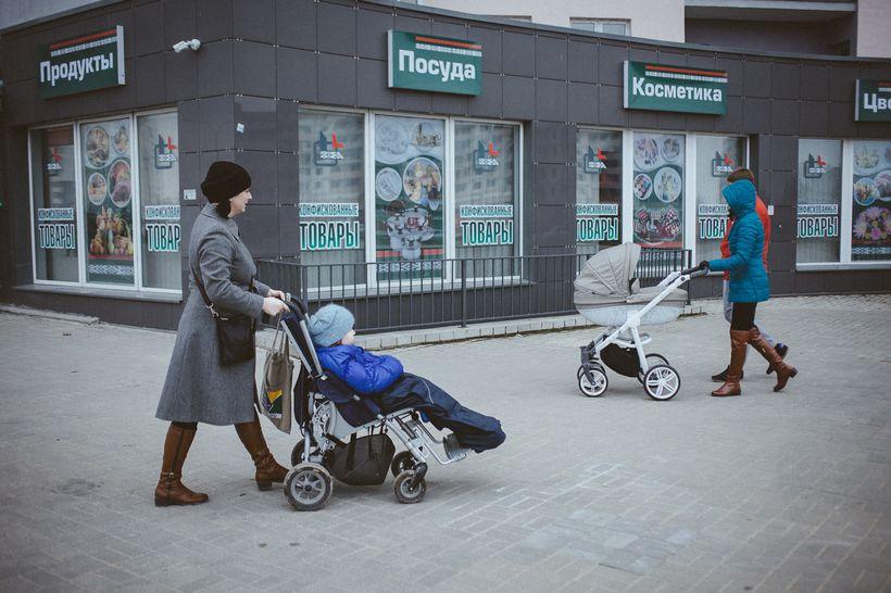 Анна Герина с Яной на прогулке. Фото: Александр Васюкович, Имена