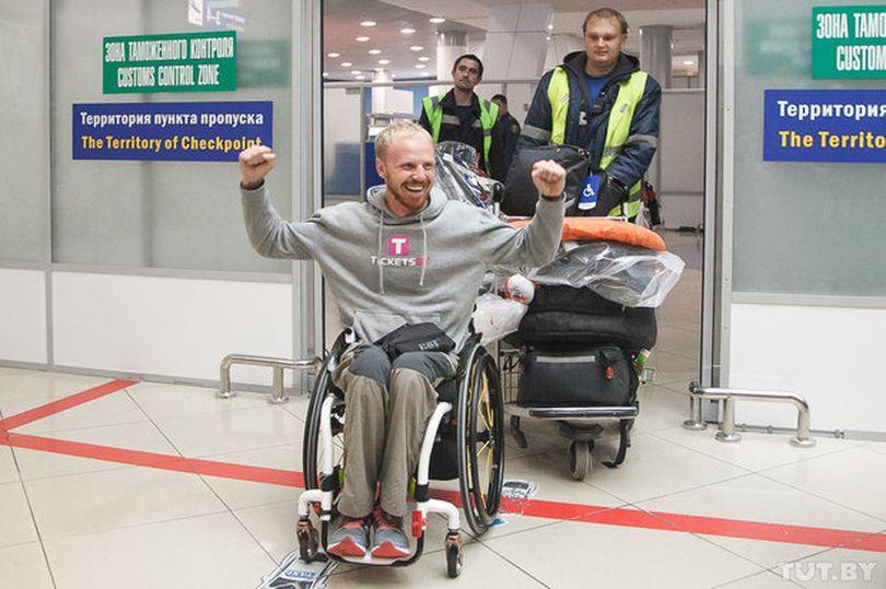 """""""Это возможно"""". Как в аэропорту встречали белоруса, который проехал 4 тысячи километров на хендбайке"""
