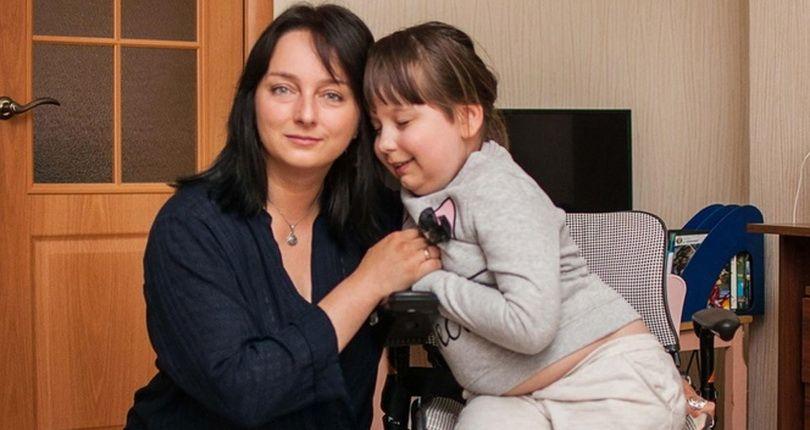 """""""Я не буду хоронить свою дочь заживо"""": как живет мама девочки, которую не могут спасти врачи"""
