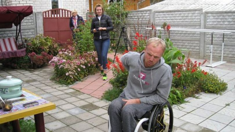 Двор в доме родителей переделали так, чтобы Саше было удобно им пользоваться - немного цветов и широкие асфальтированные дорожки
