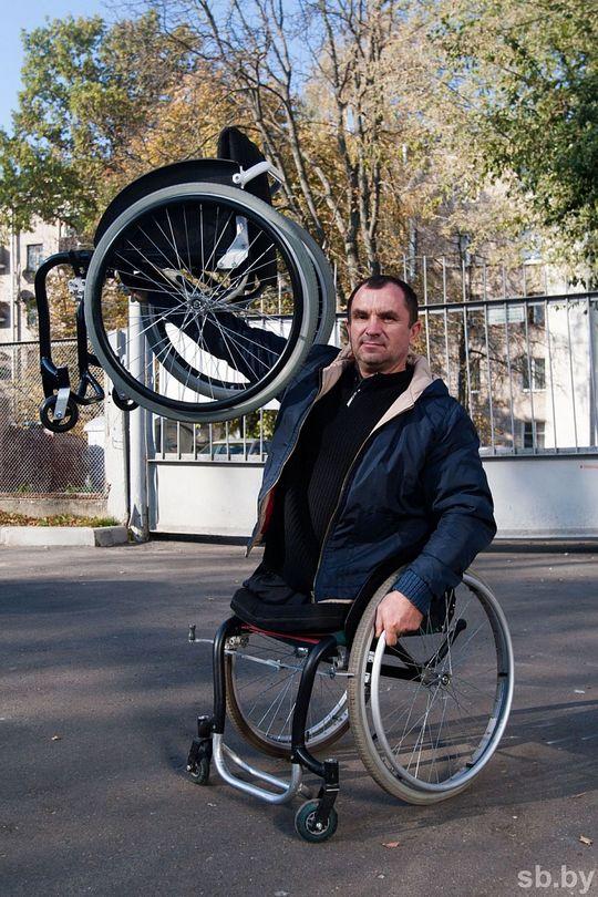Валерий, новый сотрудник, демонстрирует легкую и прочную коляску. Именно такие тенденции диктует большой город.