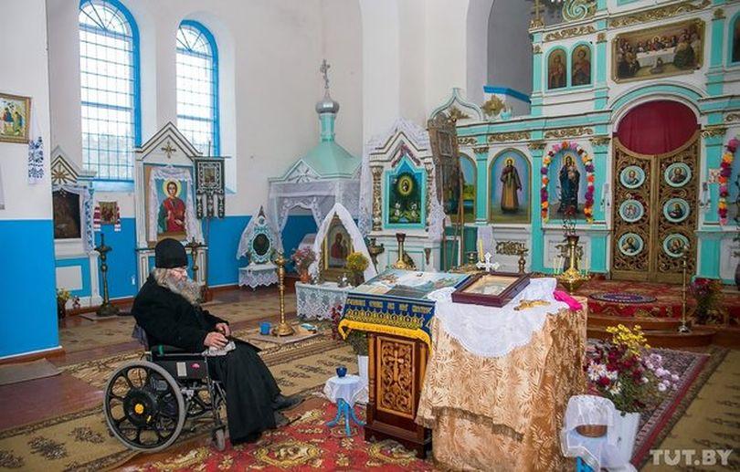 Батюшка и камни. Как в умирающей деревне живет и служит священник в инвалидном кресле