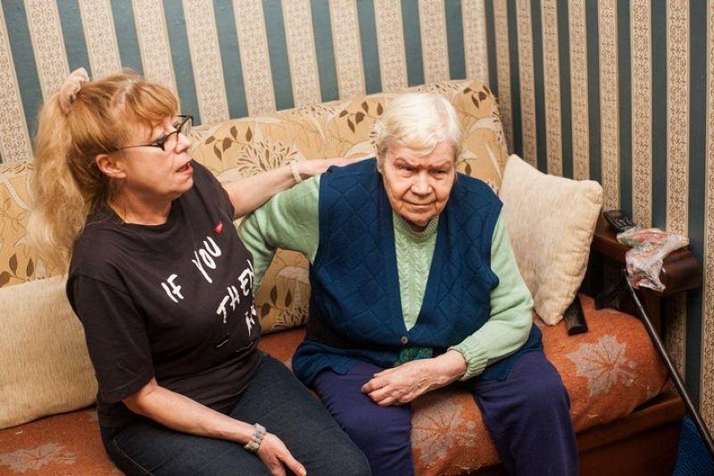 """""""Живем на 350 рублей"""". Как гродненка лишилась пособия по уходу за мамой и не получила свою пенсию"""