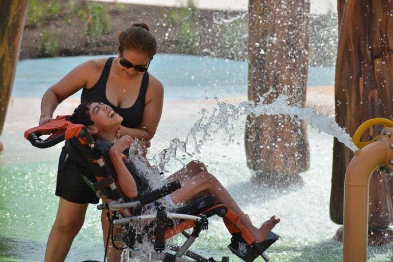 Открылся первый в мире аквапарк для людей с инвалидностью, и это лучшее место в мире