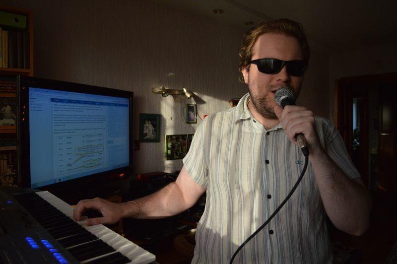 Профессиональное музыкальное оборудование помогает Игорю писать треки