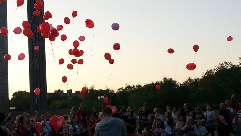 Красные сердца в поддержку больных детей поднялись в небо над Оренбургом
