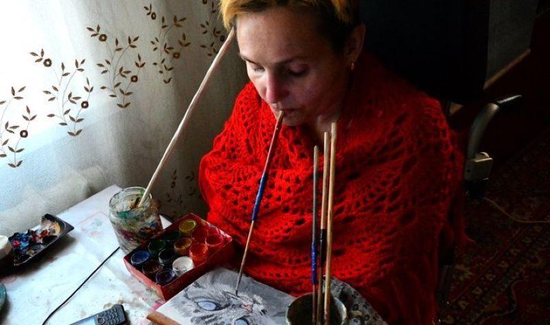 """""""А иначе — только выть на стены"""". Под Светлогорском парализованная женщина пишет картины ртом"""