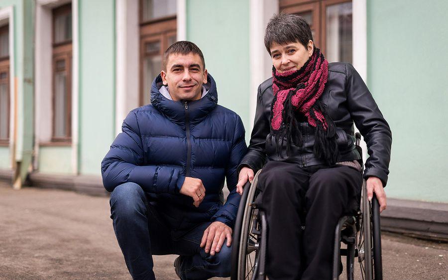 «Если водитель автобуса поможет человеку с инвалидностью, его лишат премии». В Минске создали школу патронажного ухода