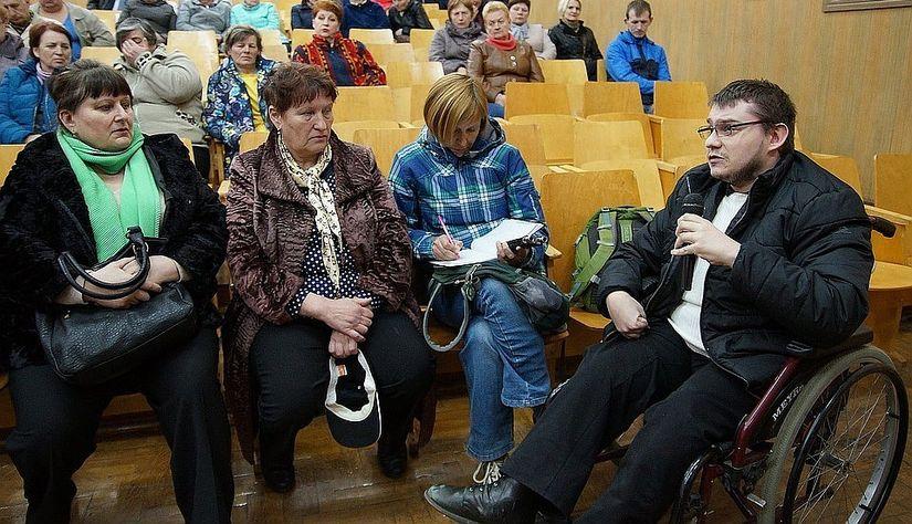 Инвалиду-колясочнику из Гомеля удалось собрать подписи соседей для установки в подъезде подъемника