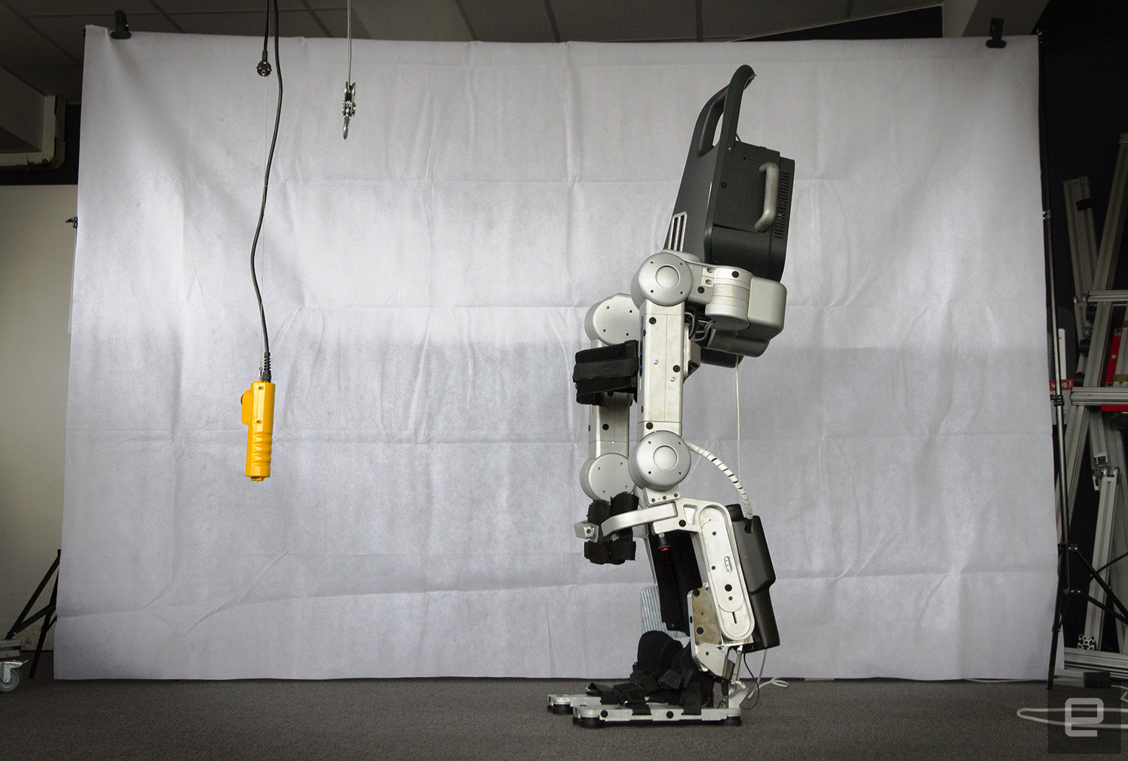 Во Франции разрешили продажу своей новейшей разработки - экзоскелета Atalante, снабженного системой стабилизации
