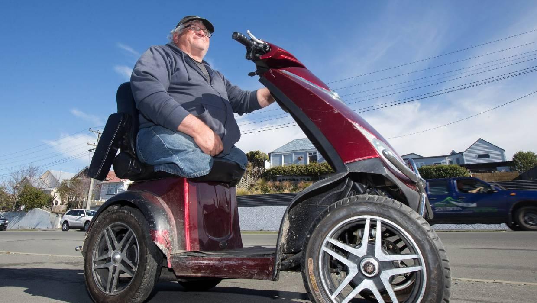 «Плохой дедушка». Водитель-инвалид на скутере сбежал от полицейских, погоня попала на видео