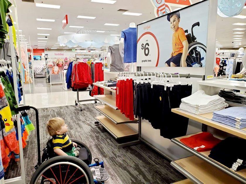 Реклама одежды с мальчиком в инвалидной коляске обрадовала больного малыша
