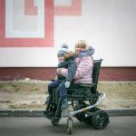 «Позвонила экс-глава Нацбанка и убедила не опускать руки». Благодаря коляске у Нины началась новая жизнь