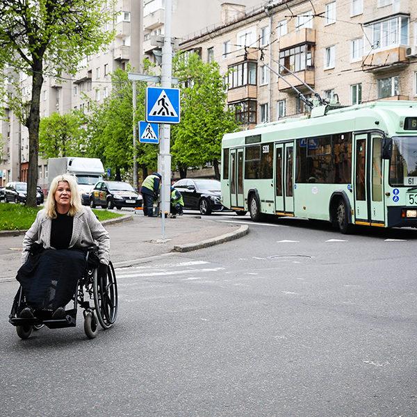 «Энтузиазм поутих у первого же препятствия». Эксперимент: легко ли передвигаться по городу на инвалидной коляске