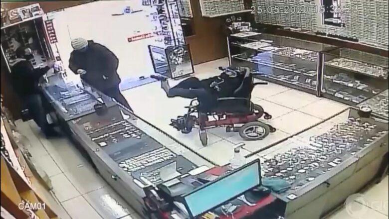Немой инвалид-колясочник пытался ограбить ювелирный магазин с игрушечным пистолетом в ногах