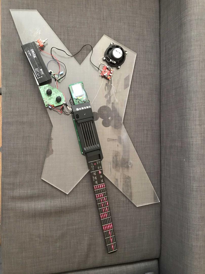 Инклюзивная синтезаторная гитара без струн на грифе