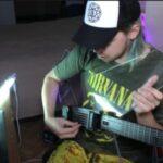 Парень с мышечной атрофией изобрел свой вариант синтезаторной гитары, а критик дал оценку