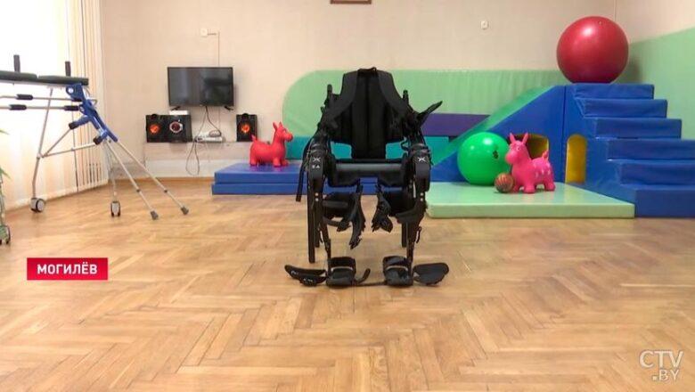 Даёт возможность двигаться даже парализованному человеку. Показываем первый в Беларуси экзоскелет