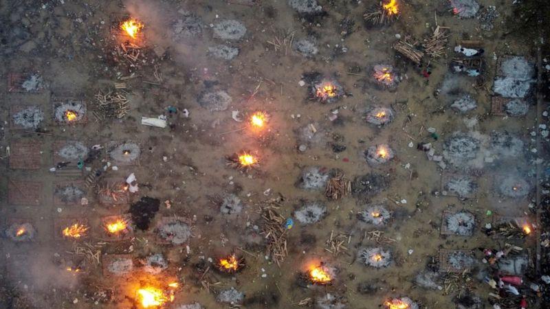 Крематории страны прибегли к массовым сожжениям тел умерших в связи с беспрецедентным числом жертв Covid-19, поступающих ежедневно